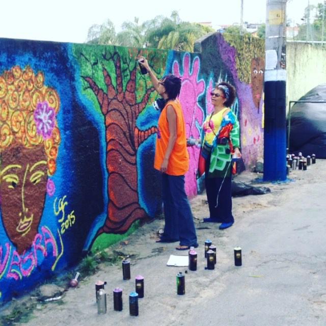 Resultado final do painel! Um dia incrível o de hj com as #afrografiteiras muito obrigado @panmelacastro e @redenami pela oportunidade. A favela tavares bastos mais bonita!!! #cazesawaya #caze #streetart #streetartrio #movie #rec