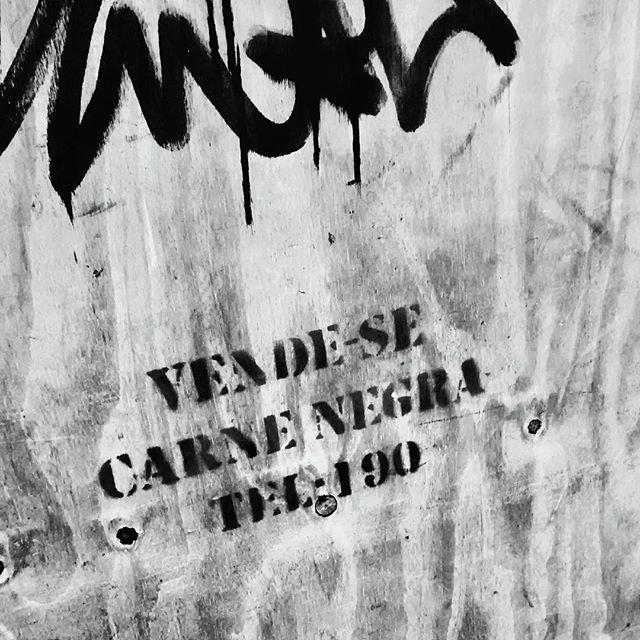 Rua. #RiodeJaneiro #centro #street #streetart #StreetArtRio #pensamentos #190 #protesto #movimentosculturais #rua #021 #zerovinteum #pb #bw #pretoebranco #vsco #vscocam #vscobrasil #underground