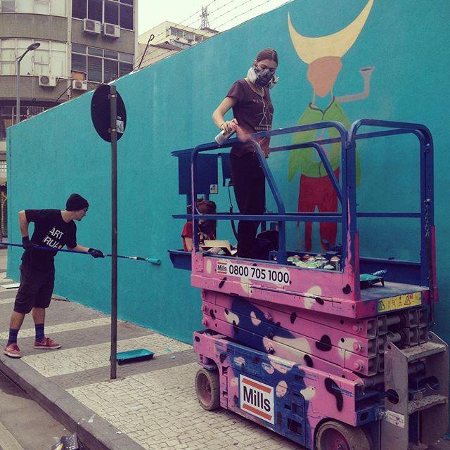 #ArtRua deixando seu legado de cores para o #PortoMaravilha. Flagramos a @lunabuschinelli pintando um dos muros do Galpão da Ação da Cidadania, que a partir de quinta recebe a maior feira de #arteurbana do #riodejaneiro. Tá ficando lindo! #distritocriativodoporto #galeriaurbana #streetartrio #rioetc #cariocagram #cidademaravilhosa #errejota #graffiticarioca #lunabuschinelli
