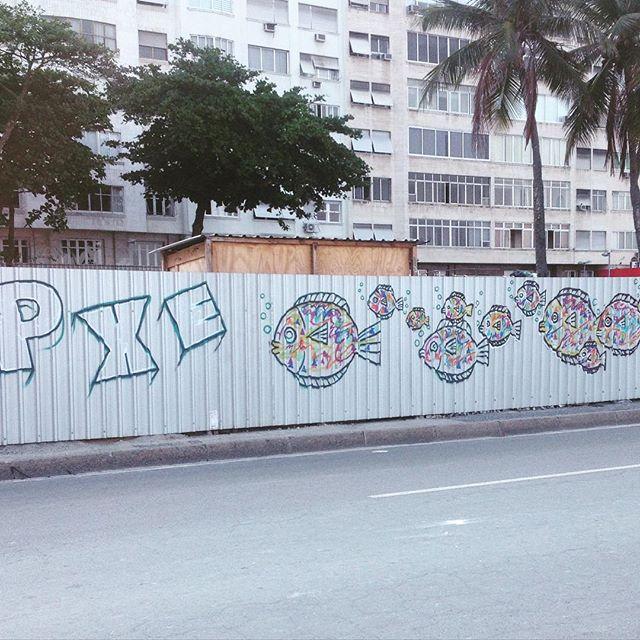 """Em 2012, muito antes do Decreto do Graffiti, criei o """"Que todos os muros virem telas"""", reunindo a rapaziada pra pintar os tapumes que davam sopa pela Zona Sul. Começou no PPG e passou por Copa, Ipanema, Lagoa e Leblon. Matei a saudade hoje aqui perto de casa... #PXE #Graffiti #streetart #streetartRio #Copacabana #RiodeJaneiro #quetodososmurosviremtelas"""