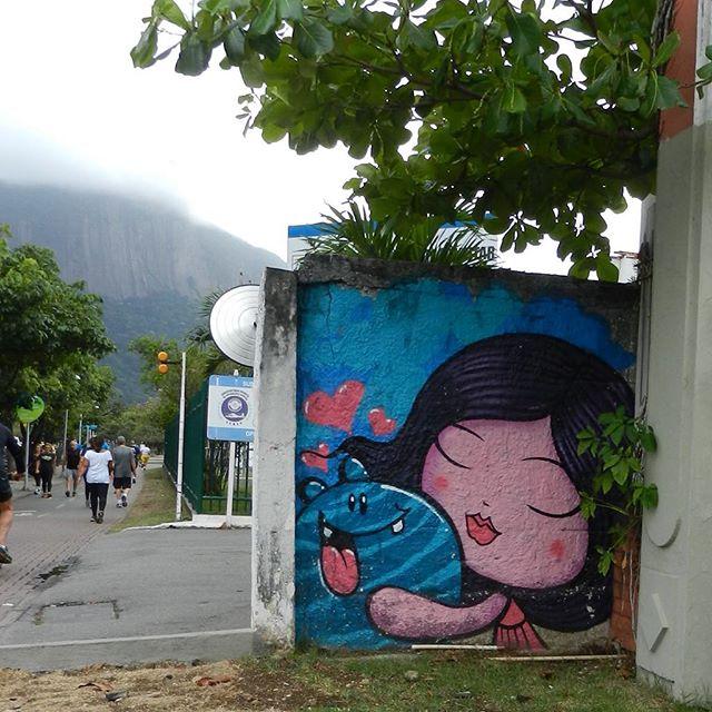 Pedalando e admirando a arte urbana encontrada no caminho.
