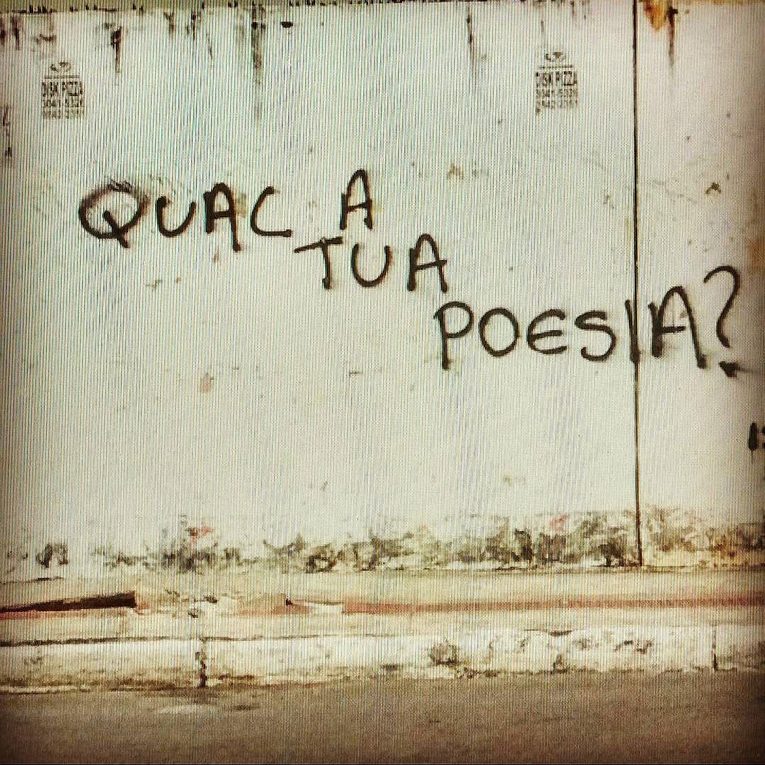Qual a tua poesia?! #palavrasachadasnarua poesiaderua #poesia  #streetartrio #streetartistry #grafitti #grafittibrasil #arteurbana #streetart #streetstyle #streetwear #laranjeiras #riodejaneiro  #riodejaneiroinstagram #oqueasruasfalam #olheosmuros #murosquefalam #muros #liberte #poesia #poesiaurbana #poesiadeparede
