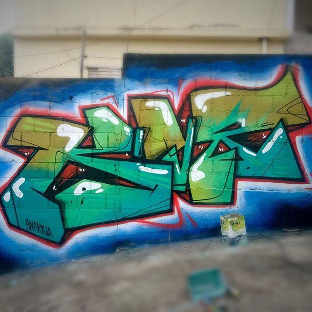 Hoje com os meninos do @freeyourspirit72 no Museu a Céu aberto da @redenami na #TavaresBastos #graffiti #streetartrio #lettles #piece #realgraffiti #anarkiaboladona #Riodejaneiro #rj Veja mais no SnapChat panmelacastro