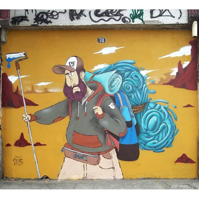 O andarilho. #backpacker #cazesawaya #streetartrio #streetart #streetartphoto #streetarteverywhere #character #charactergraffiti #graffiti #pracadabandeira #ink #spray #wall
