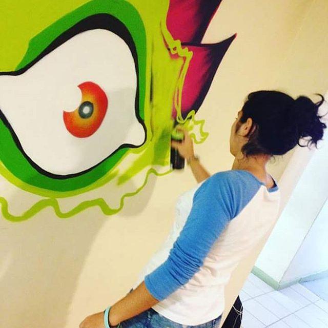 Quero agradecer a Universidade Estácio de Sá por me confiar a oficina de graffiti. O pouco que eu sei, eu resolvi compartilhar. Parabéns pra todos que participaram. Na foto a aluna do curso de publicidade, Carol participando preenchendo o graffiti com spray. #istazise #instasize #instagood #estácio #grafitti #graffitirj #streetart #streetartrio #spray #zonaoeste #madureira #padremiguel #riodejaneiro #brazil #dnz #ic