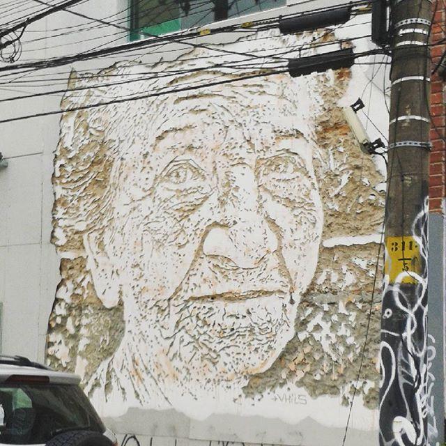 Todo dia a caminho do trabalho passo por essa obra incrível do artista português Vhils. #privilegio #vhils #streetart #urbanart #streetartrio #artederua #arteecultura #arte #art #riodejaneiro