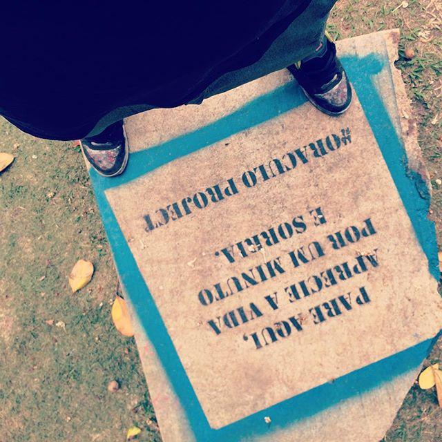 #oraculoproject #artederua #arteurbana #urbanart #streetart #streetartrio #oraculostone #streetartphotography #urbanwalls #grafite #graffiti #intervenção #intervention #love #amor #gratidao #gratitide #sculpture #escultura #brasil #brazil #riodejaneiro #mam #stone #totem #teleport : Essa é uma longa historia... Resumindo .. O Oraculo nao tem certeza se foi convidado a participar do evento que ocorreu no MAM neste ultimo final de semana ....Essa informaçao simplesmente nao consta .... Porem misteriosamemte essa pedra de 250kg apareceu no jardim do museu durante a montagem do evento .... Hoje , 3a feira todas as artes expostas ao longo do fim de semana ja foram vendidas ou retiradas do local.... unica peça q ainda está la é a pedra...............................O motivo...