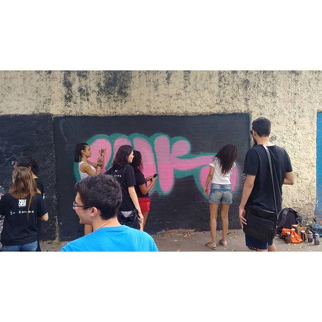 A galera compareceu,tudo fluiu tranquilamente! Agradeço a @itsbrunasantana,@gut_mafia44 e a toda galera da @macacosuerj pelo lazer de hoje!!! Contamos até com a presença da querida amiga @cyber_ann !!!! #luk #gut #mafia44 #cosmicoscrew #uerj #macacos #vilaisabel #tijuquistao #streetartrio #bomb