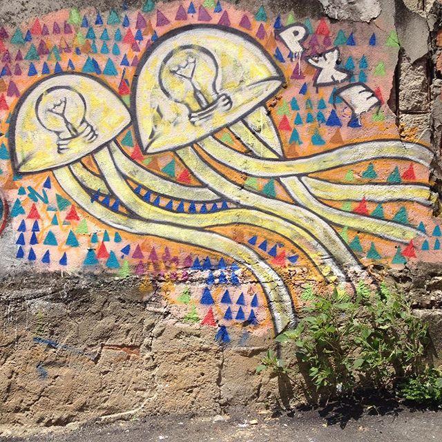 Dessa vez, fui de buzum e voltei de trem, o sol veio antes da chuva, pintei do jeito que deu com o polegar da mão direita inchado, dando chance da molecada interagir. Salve Breno, Evelyn, Mateus e tantos outros que me deram uma força! Salve Vila Operária! #MOF2015 #PXE #graffiti #streetart #StreetArtRio #DuquedeCaxias #MeetingofFavela #RiodeJaneiro #jellyfish #triangle