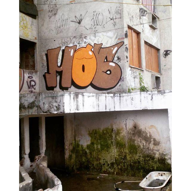"""Dorme não..."" #graffiti #vandal #vandalrj #bomb #throwup #hosgraff #spray #streetartrio"