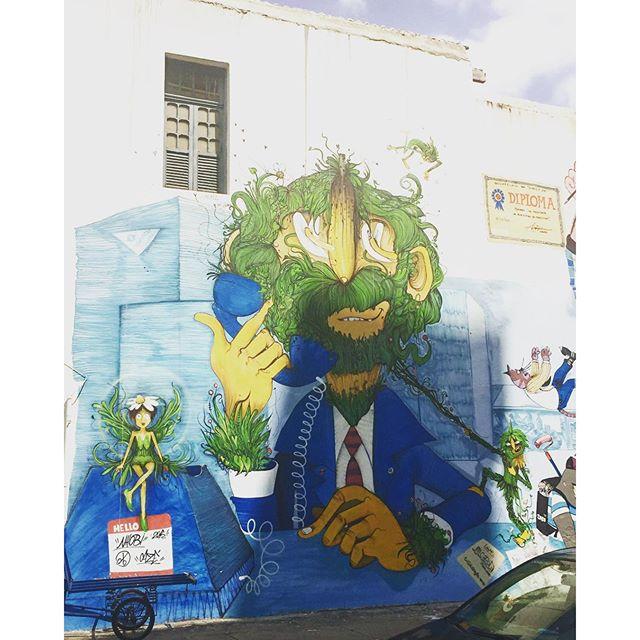 Ele está engravatado, mas só pensa no surf! #graffrio #graffiti #grafite #streetartrio #riodejaneiro #murosdorio #artelivre #arteurbanabr @cazesawaya