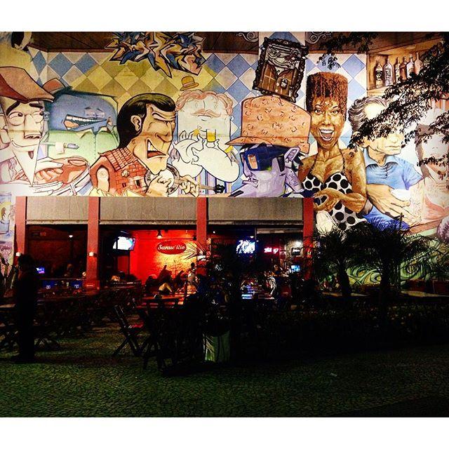 Essa parede reúne várias feras e sempre que passo por ela descubro mais alguma coisa que eu não tinha visto. Esse mural é de 2010 e faz parte do movimento de revitalização da Lapa. Ali tem @marceloeco @universoacme @afa1987 @airaocrespo @akumasantos @br_fbc @6ra99a @ch2ftg @marcelojou @marceloment @pia_malingua @marcioswk @tozfbc #streetartrio #streetartrj #streetart #arteurbana #urbanarts #streetarthunter #instagrafite #graffiti #lapa #rua #aruaénóiz #rj #riodejaneiro