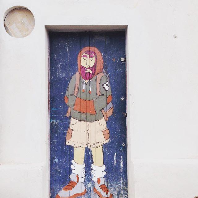 Faz frio em #paraty #cold #cazesawaya #andarilho #barbudinhoo #cazé #streetart #streetstyle #manue #streetartrio #street #door