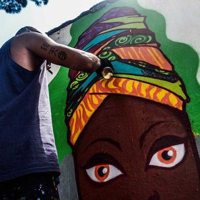Foto irada do meu mano @tonnyboss #olharnegro #pandronobã #artistasurbanoscrew #graffiti #OcupaEscola #riodejaneiro #spraypaint #streetartrio #urbanart #artederua #afro #afroarte #zonanorteetc #zonanorte #ruasdazn #turbante 2015