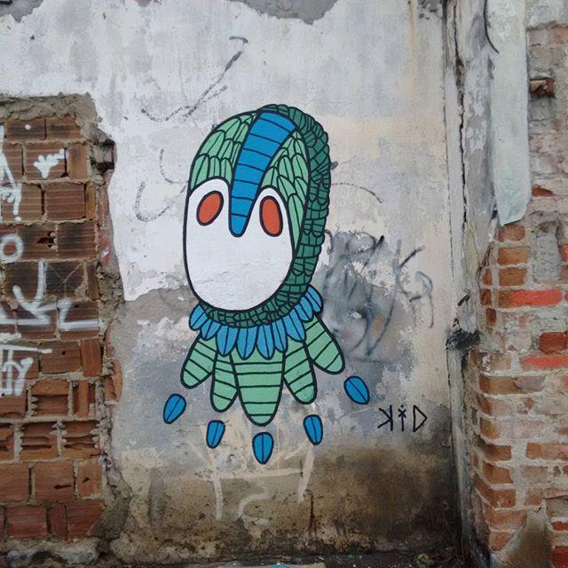Habitat: rua. Entre sujeira, poluição, reações e vai e vem #rua #sujeira #casaabandonada #suburbiocarioca #rj #zonaosterj #streetartrio #streetart #graffitirj #graffiticanvas #graffiticarioca #rjvandal #artistaurbano #art #artgallery