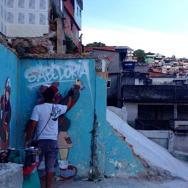 In action no #cineclubeloboguara #açõeslocais #remocoesdogoverno #streetartrio #streetstyle #streetarteverywhere #streetartphoto