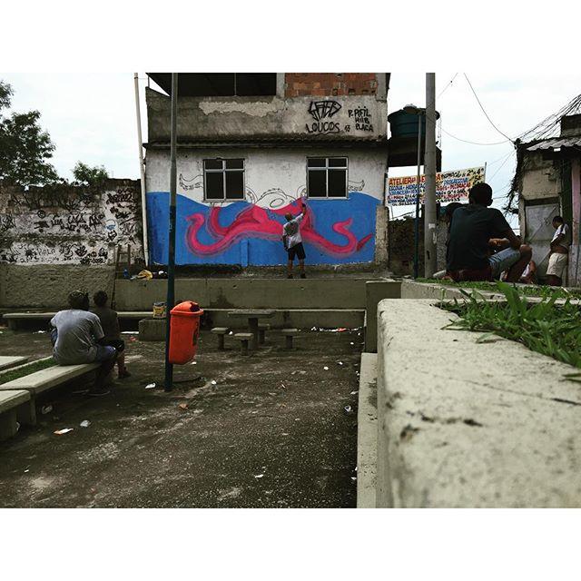Mutirão Altas Cores na comunidade da Cidade Alta. #mutirãoaltascores #pandronobã #graffiti #rjvandal #artistasurbanoscrew #estamosnasruas #ilovegraffiti #streetartrio #cidadealta #favelacarioca #riodejaneiro #paznascomunidades #ruasrj 2015