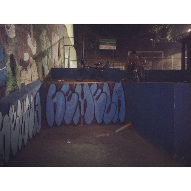 Não sei pq bomberaram td e deixaram a parede azul de lado. #cabinedepolicia #vandalism #vandal #streetartrio #streetart #bomb #ilovebomb #welovebombing #graffiti #spray #latex #lapa #madrugada