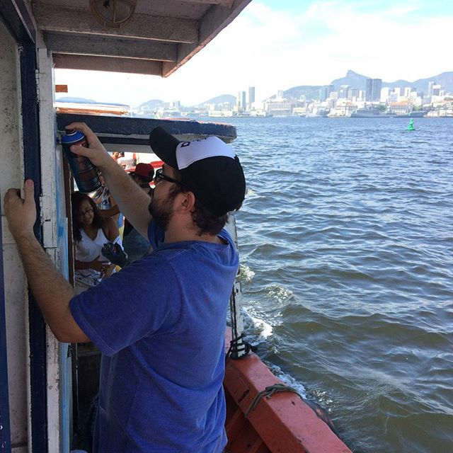 Pimpando o barco em alto mar! Se seguro no balanço pro vento não te levar. #pimpmyboatrj #streetartrio #streetart #ocean #boat #rj