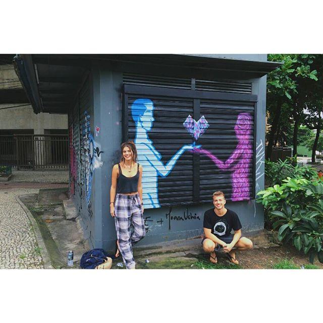 Pintura de hoje com a querida e talentosa @joanamuchoa !!!! Dando uma renovada na pintura da banca! #graffitiart #StreetArtRio #art