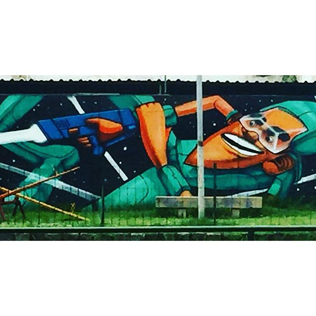 Por trás da grade, um guerreiro intergalático! #streetartrio #artelivre #arteurbanabr #murosdorio @marceloeco