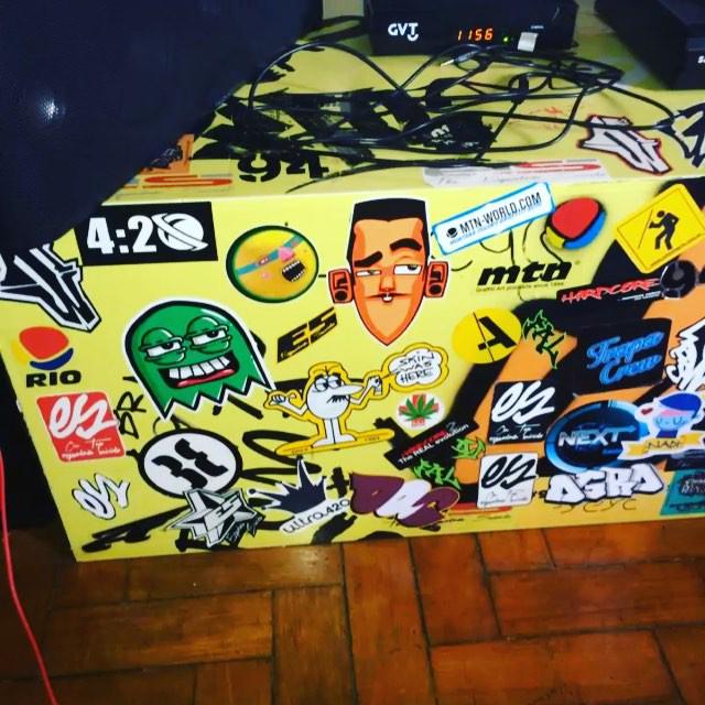 Stickers ! #instaart #spray #riodejaneiro #rj #instagraffiti #graffiti #graffite #artederua #art #artist #urbanart #graffitibrazil #graffitebrazil #loveart #spraypaint #streetart #freestyle #graffitirj #graffrio #rua #mtn #hiphop #streetartrio #ruasdazn #trapacrew #tafaltandomuro