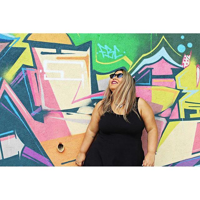 Tá vindo aí um post bem legal, com um look neutro e, no fundo, grafites de muros do Rio! Virei modelo pras fotos do meu amor @dondiegoneves #streetartrio #plussize #plussizebrasil #plussizefashion #fatfashion #fatnfabulous #celebratemysize #lookoftheday #lookdodia #fatgirl #chubbygirl