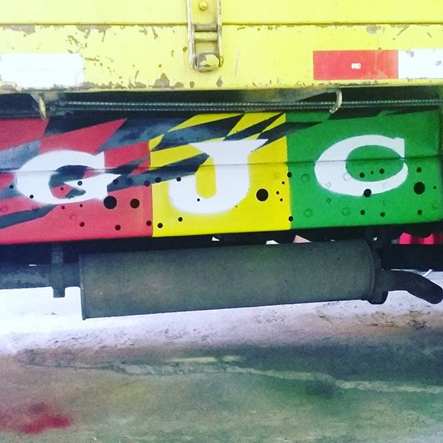 Trampo feito no caminhão. #VamosColoriroMundoIrúúú #urbanart #graffit #graffit #StreetArtRio #100troPark #ADC