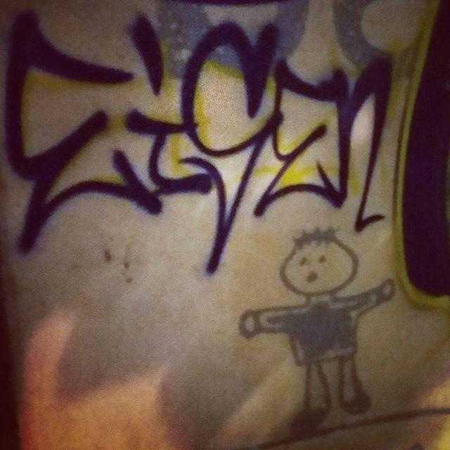 Treinando uma tag pro filhão. #tags #spraypaint #streetartrio #eisen #mtn94 #tijuca
