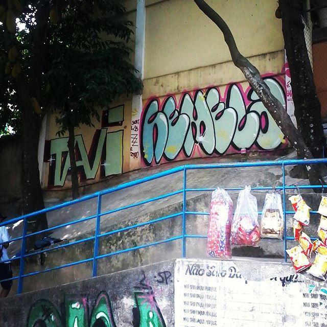 Uma sombra, muro liso e uma gelada com meu amigo @tavi_vandal . Quem tiver na fila do bondinho do Santa Marta vai ver. #streetartrio #streetart #santamarta #riodejaneiro #bomb #welovebombing #throwup #spray #vandal