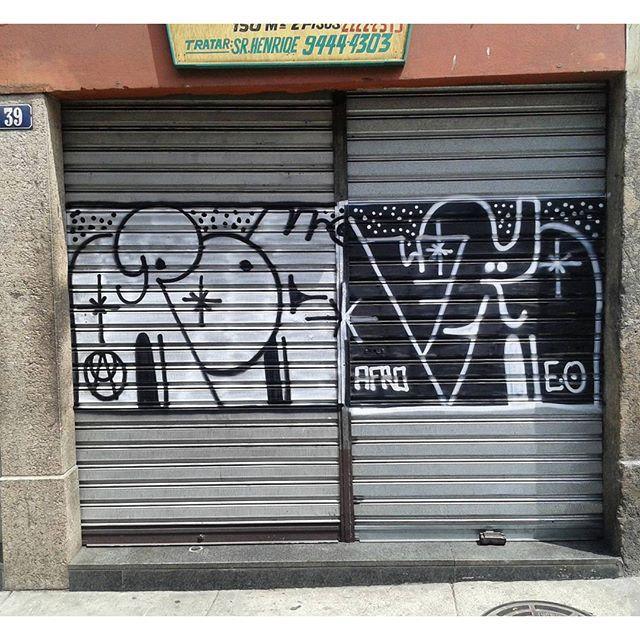 Vandalismo ou Street art? @poderafro #graffiti #graffitivandal #rjvandal #ilovebombing #tagsandthrows #streetartrio #artistasurbanoscrew #estiloriginal #tagsandthrows