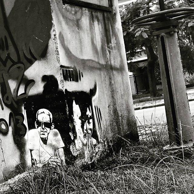 #natafamilia #cartola #stencil #graffiti #graff #grafite #urbangraffiti #instagrafite #instagraff #graffitirio #graffitiphoto #graffitiphotography #streetphotography #streetphoto #instastreet #Rua #bnw #blackandwhite #insta_bnw #monotone #pretoebranco #monochrome #bnwphotography #bnw_street #Lagoa #Rio #RiodeJaneiro #RJ #Brasil #StreetArtRio