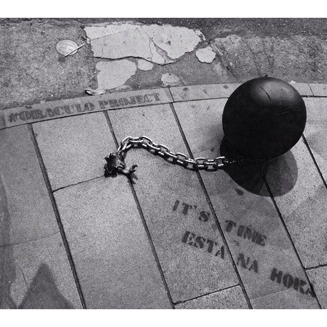 #oraculoproject #contemporaryart #artecontemporanea #manifesto #arteurbana #urbanart #poetry # #urbanpoetry #streetart #streetartphotography #graffiti #grafite #urban #intervention #intervencao #escultura #sculpture #streetartrio #streetartbrasil #manifesto #protest #urbanintervention #intervencaourbana #chain #corrente #riodejaneiro #brasil #brazil #leblon : essa mensagem é para voce. Interprete como quiser!