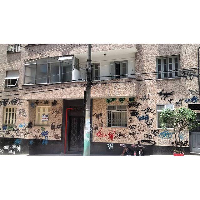 por: @familia5estrelas • #rjvandal #streetartrio #streetart #graffiti #graffitiart #art #riodejaneiro #tags #tagsandthrows #throwsup #throwsupz #bombing #bomb #grafite #artist #artoftheday #arteurbana #rj #urbanart #artederua #rua #graffitiwall #sprayart #vandal #galeriaceuaberto #olheosmuros #bombingbrasil #graffitirio #art #makeart #xarpirj