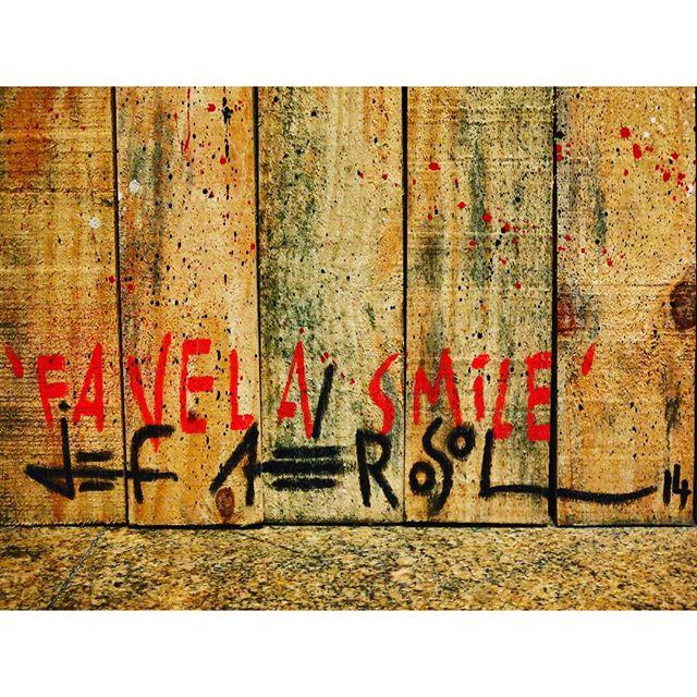 #streetart #streetartrio #streetartparis #streetartist #urbanart #urban #riodejaneiro #rio #paris #jefaerosol @jefaerosol #favela #smile