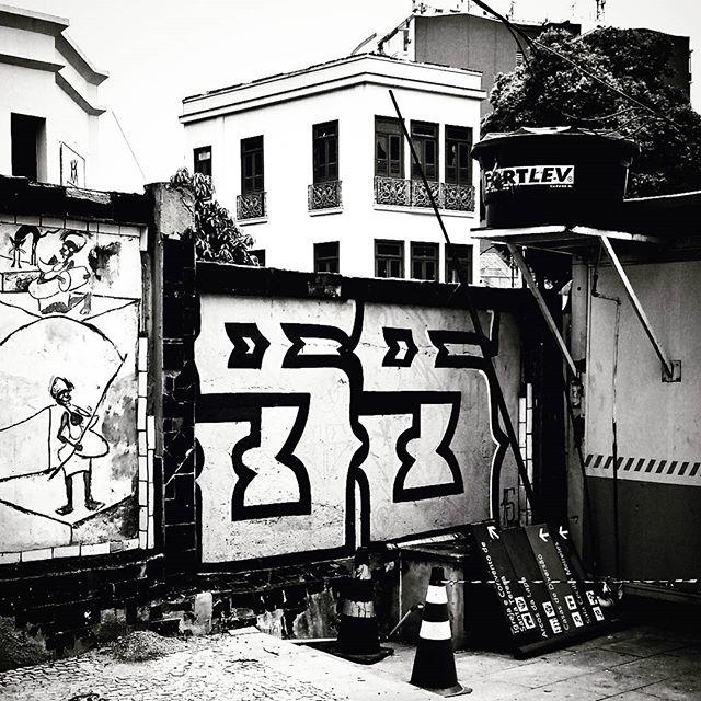 #urbangraffiti #grafite #StreetArtRio #graffitirio #wallpainting #mural #instamural #muro #bombing #streetphotography #streetphoto #graffiti #graff #rua #street #streetview #bnw #blackandwhite #insta_bnw #monotone #pretoebranco #monochrome #bnwphotography #bnw_street #ArcosdaLapa #RiodeJaneiro #RJ #Rio #Brasil