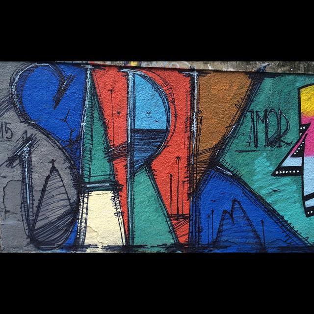 Costurando cores .... Sark #Sark #meumundo #semregras #graffiti #bluelover #blueline #sarkgraff #streetartrio #laranjeiras