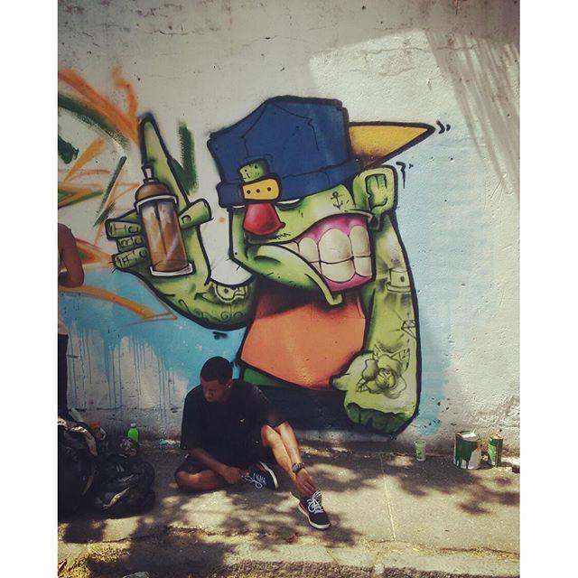 Criador e criatura! Ahahha Pintura hoje no Andaraí com mano @gut_mafia44 e @ratimblu Dia irado! #streetart #streetartrio #graffiti #graffitiday #niterói #niteroigram #instagraffiti #felipeblunt