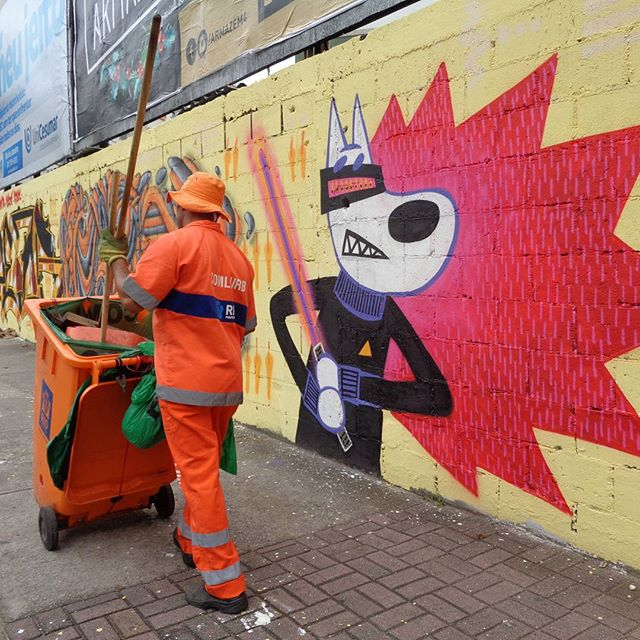 Keep sweeping and may the Force be with you! #streetsweeper #streetcleaner #comlurb #fabiobirita #biritaillustration #streetartrio #graffitiart #starwarsart