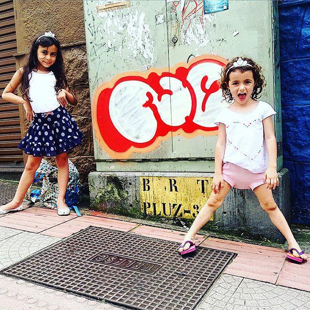 No centrão de Floripa agora com as kids #streetart #streetartrio #djonereal #graffiti #idolnokids #pic @marygirlstyle #floripa