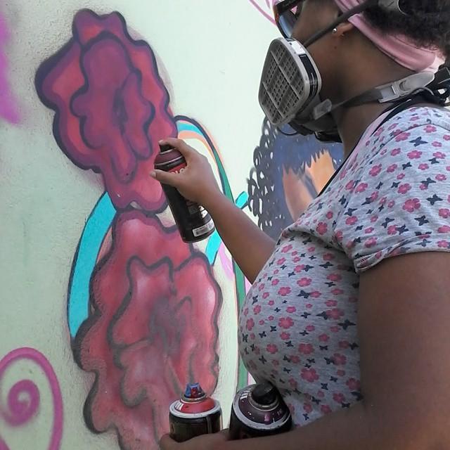 No trabalho #errejota #graffitiwoman #graffiti #streetartrio #Afrografiteiras #Baker #graffitirj #vilakennedy