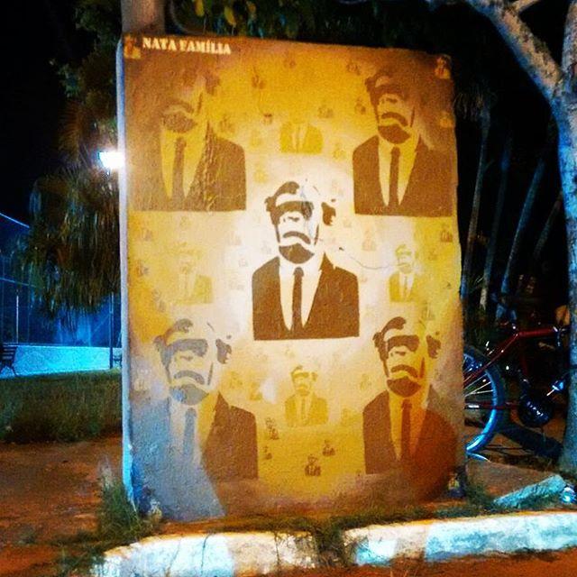 Painelzin de ontem na Pça São José em Búzios Fomos à convite dos manos @lh.orelha e @leandro_boca Satisfação conhecê-los. Viva a arte de rua. Vamo pra 2016 com tudo! #ocupapraça #artederua #natafamilia #macacodeterno #composição #textura #euapoio #streetart #stencil #stencilrj #streetartrio