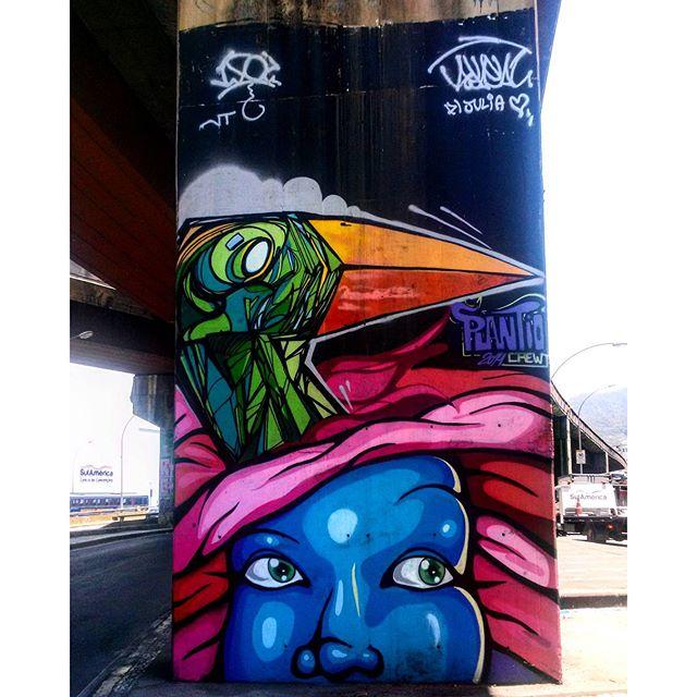 #StreetArtRio Grafite debaixo do Elevado Paulo de Frontin perto do Centro de Convenções SulAmérica (na face oposta da coluna ao grafite do Piá) Artistas: @marcelolamarca (Lamarca) e @pedroshaldersporto (Pedro Porto) Crew: @plantiocrew (Plantio) Tirada em 18/12/2015