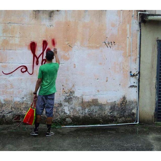 Tem muita merda pra ser resolvida, antes de vc vir falar da minha tinta. #graffitihouseniteroi #streetartrio #mattosartes #trowup #mtn94 #graffiti