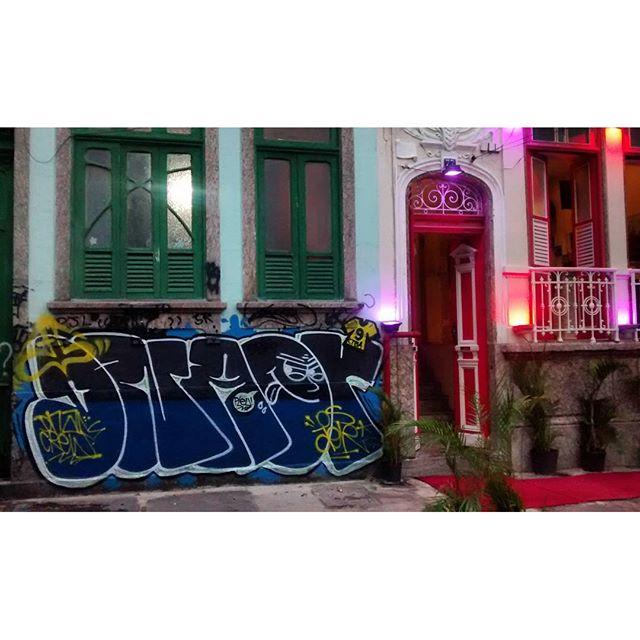 por: @dnartcrew • #rjvandal #streetartrio #streetart #graffiti #graffitiart #art #riodejaneiro #tags #tagsandthrows #throwsup #throwsupz #bombing #bomb #grafite #artist #artoftheday #arteurbana #rj #urbanart #artederua #rua #graffitiwall #sprayart #vandal #galeriaceuaberto #olheosmuros #bombingbrasil #graffitirio #art #makeart #vandalismo #