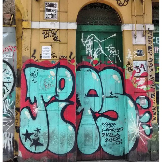 por: @kayer_tips • #rjvandal #streetartrio #streetart #graffiti #graffitiart #art #riodejaneiro #tags #tagsandthrows #throwsup #throwsupz #bombing #bomb #grafite #arteurbana #rj #urbanart #artederua #rua #graffitiwall #sprayart #vandal #galeriaceuaberto #olheosmuros #bombingbrasil #graffitirio #art #makeart #vandalismo