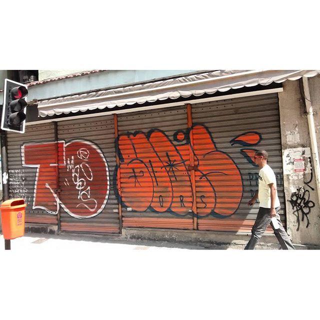 por: @tomaisomenos e #bdois • #rjvandal #streetartrio #streetart #graffiti #graffitiart #art #riodejaneiro #tags #tagsandthrows #throwsup #throwsupz #bombing #bomb #grafite #artist #artoftheday #arteurbana #rj #urbanart #artederua #rua #graffitiwall #sprayart #vandal #galeriaceuaberto #olheosmuros #bombingbrasil #graffitirio #art #makeartist