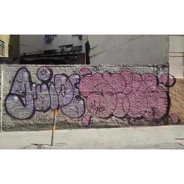 por: #GUIDE @stile_rj • #rjvandal #streetartrio #streetart #graffiti #graffitiart #art #riodejaneiro #tags #tagsandthrows #throwsup #throwsupz #bombing #bomb #grafite #artist #artoftheday #arteurbana #rj #urbanart #artederua #rua #graffitiwall #sprayart #vandal #galeriaceuaberto #olheosmuros #bombingbrasil #graffitirio #art #makeart