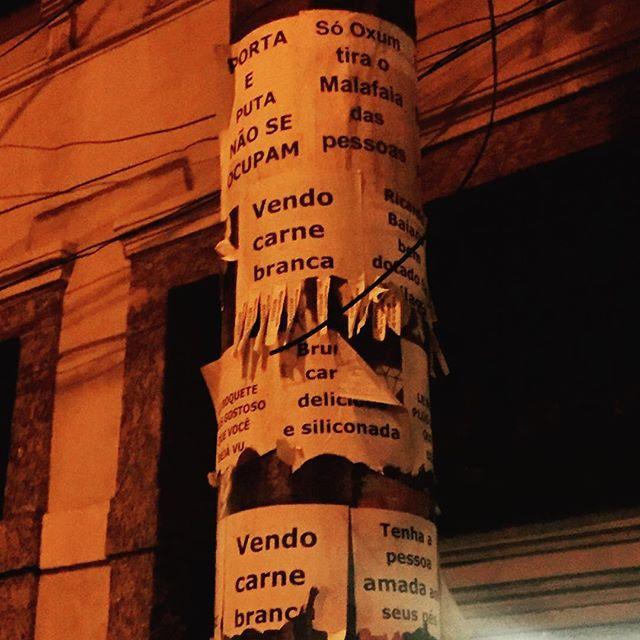 reclames do plimplim #galeriaurbana #streetartrio #lambelambe #avisalá #postearte #choramalafaia #foracunha #édeoxum #acarnemaisbaratadomercado #tragoapessoaamadaemtresdias