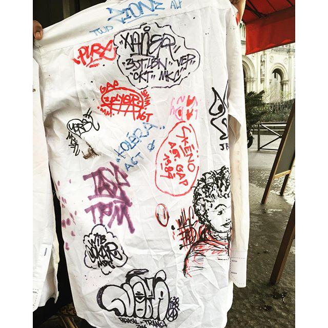 A cena do graffiti aqui em Paris é sensacional.... Camisa de assinaturas do amigo #sheed16. Deixei a minha marca. #pandronobã #artistasurbanoscrew #mkc #europetour #graffiti #eurotrips #tagsandthrows #tags #ilovegraffiti #caligraffiti #streetartrio #streetwriters #writers #graffitiwriters #graffitiparis #streetartparis 2016